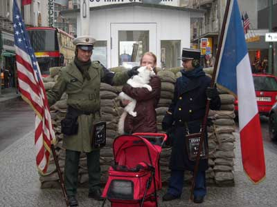 Pierre ved Check point Charlie i Berlin
